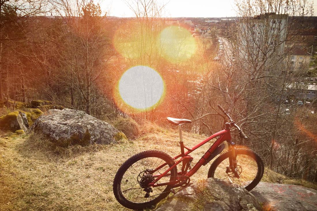 En mountainbike mot utsikt från Svinbäcken i Karlstad